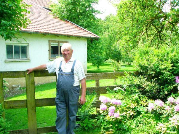 Georg Reiber in seinem Obstgarten, Blumen, Tiere